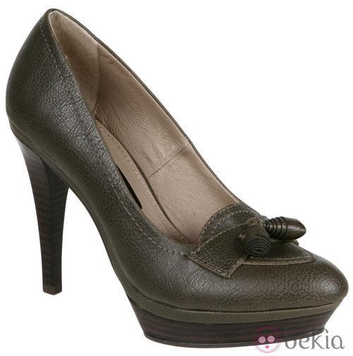 Zapatos de tacón verdes con borlas de Lorena Carreras, colección otoño/invierno 2011
