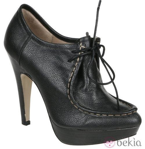 Botines negros estilo náutico de Lorena Carreras, colección otoño/invierno 2011