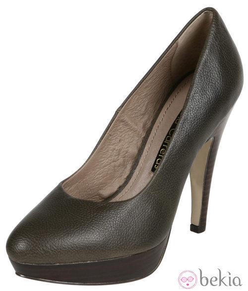Zapatos de tacón de cuero verde de Lorena Carreras, colección otoño/invierno 2011