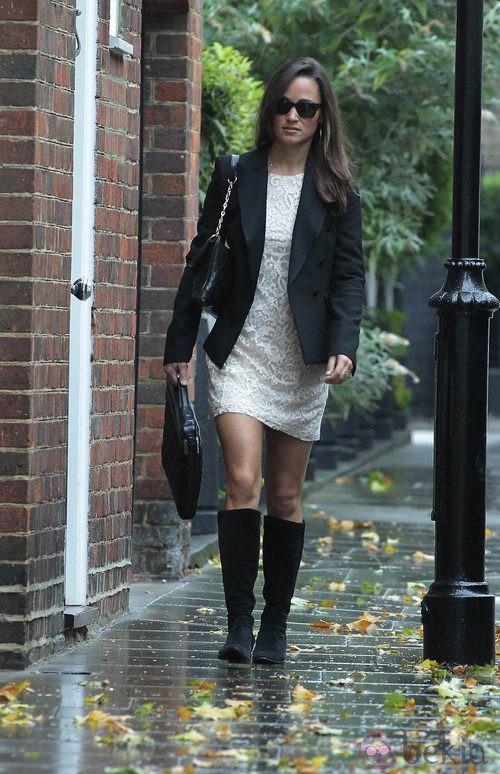 Pippa Middleton con botas altas negras