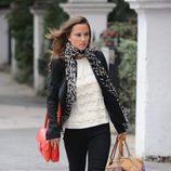 Pippa Middleton con pantalón pitillo negro y bolso rojo