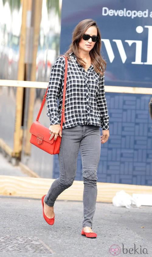 Pippa Middleton con camisa de cuadros y pantalón vaquero