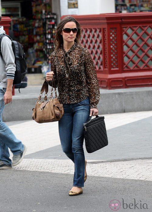 Pippa Middleton con camisa de estampado de leopardo