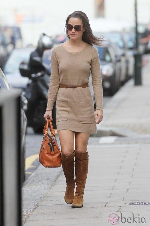 Pippa Middleton con vestido de punto en color camel y botas altas