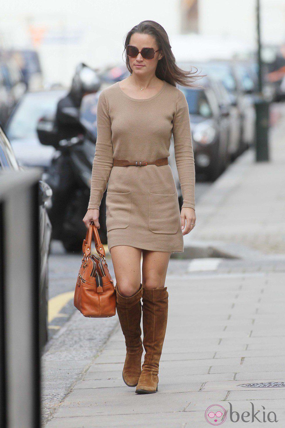 59b3fa1bf Pippa Middleton con vestido de punto en color camel y botas altas ...