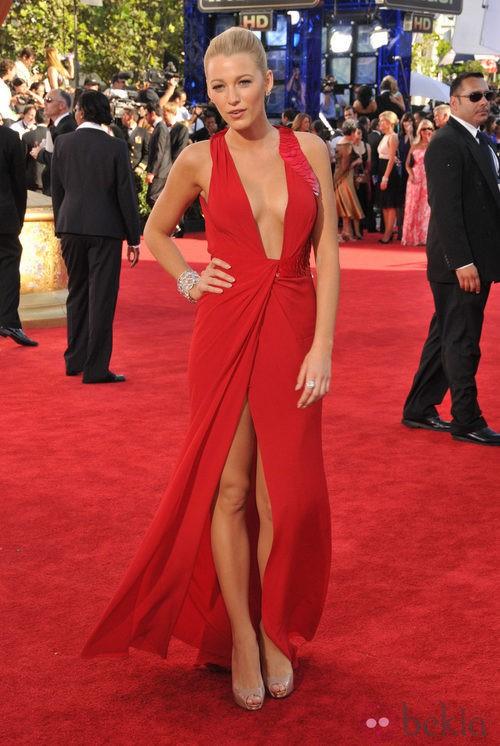 Blake Lively con vestido rojo de Versace en los Emmy 2009