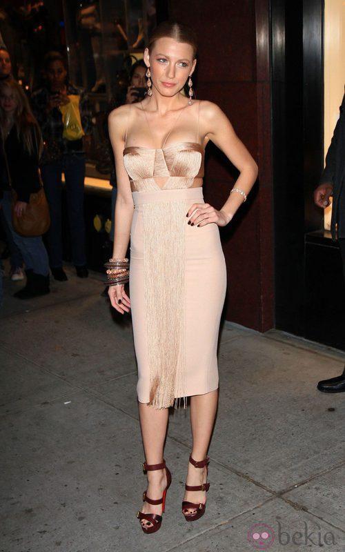 Blake Lively con vestido en color nude de Versace