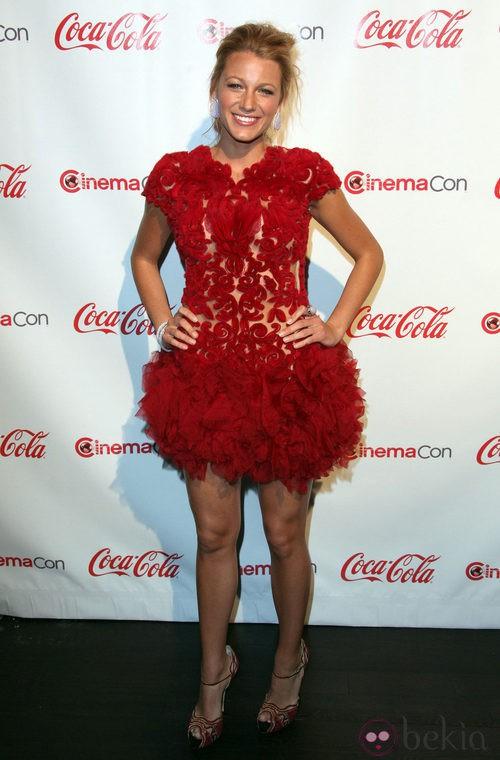 Blake Lively con vestido rojo de Marchesa