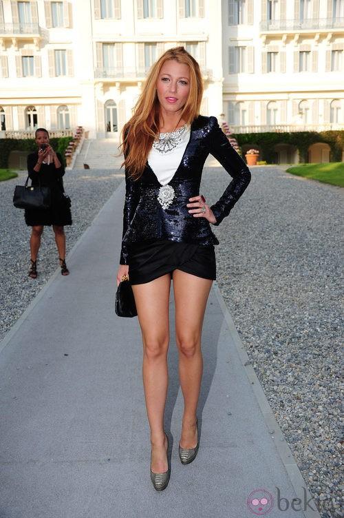 Blake Lively con fanda y americana de Chanel Couture