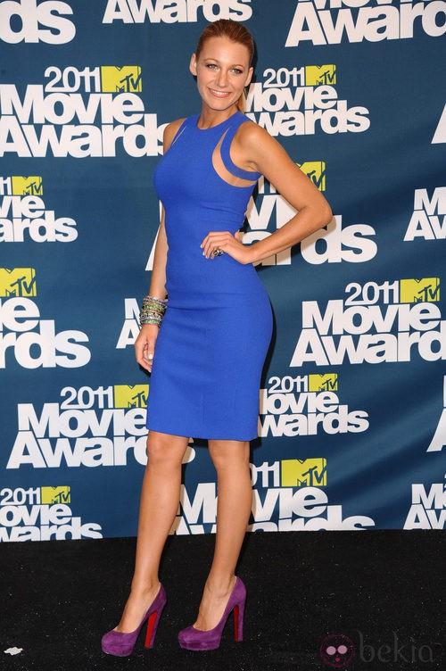 Blake Lively con vestido azul de Michael Kors
