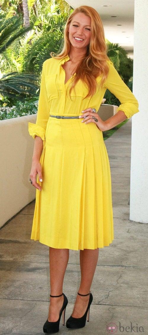 Blake Lively con vestido amarillo con tablas