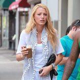 Blake Lively con leggins negros y camiseta blanca