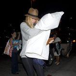Blake Lively en el aeropuerto con una almohada