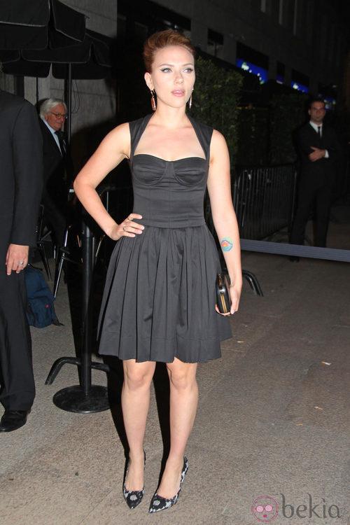 Scarlett Johansson con vestido negro de Dolce & Gabbana en Milán