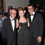 Scarlett Johansson posa con Domenico Dolce y Stefano Gabbana