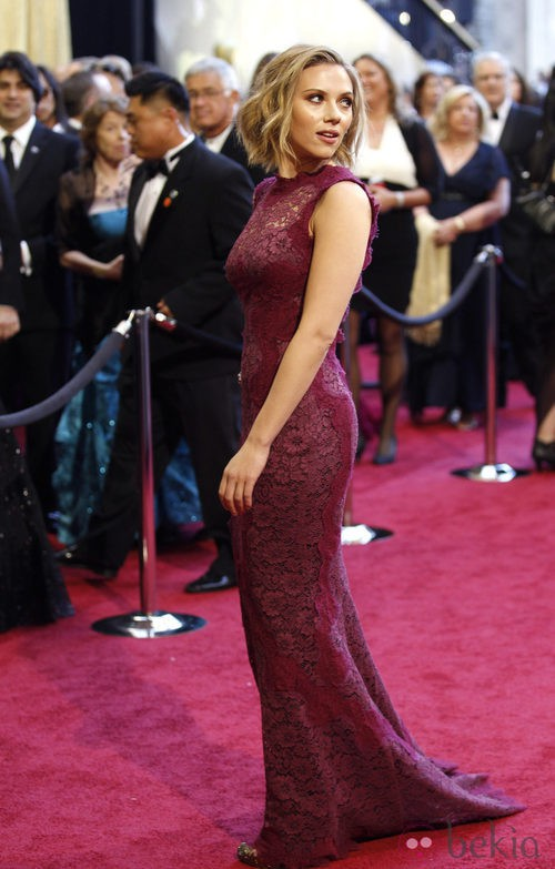 Scarlett Johansson en los Oscar 2011 con traje de Dolce & Gabbana
