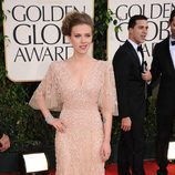 Scarlett Johansson con traje de Elie Saab en los Globos de Oro 2011