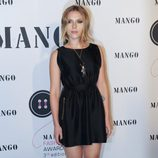 Scarlett Johansson con vestido negro de Mango