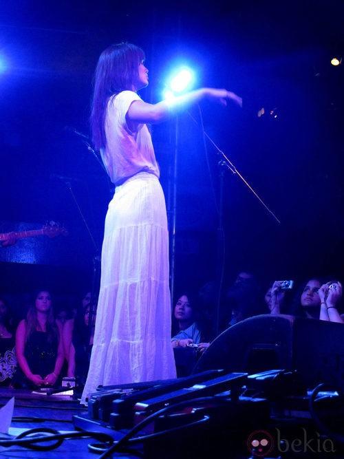 Leighton Meester en un concierto con falda blanca