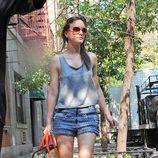 Leighton Meester con shorts de tachuelas