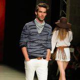 Jon Kortajarena con conjunto de Mango en el desfile de la 080 Barcelona Fashion