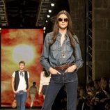 Pantalón de campana y camisa vaquera de Mango en el desfile de la 080 Barcelona Fashion 2015