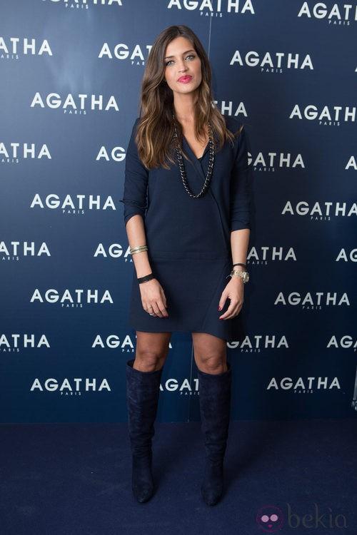 Sara Carbonero con vestido y botas altas en azul marino