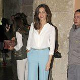 Sara Carbonero con camisa blanca y pantalón pata elefante en azul cielo