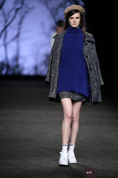 Abrigo de cheviot, jersey y falda de TCN en el desfile de la 080 Barcelona Fashion 2015
