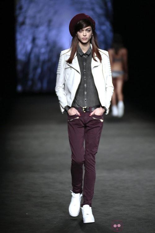 Pantalón burgundiy camisa gris de TCN en el desfile de la 080 Barcelona Fashion 2015