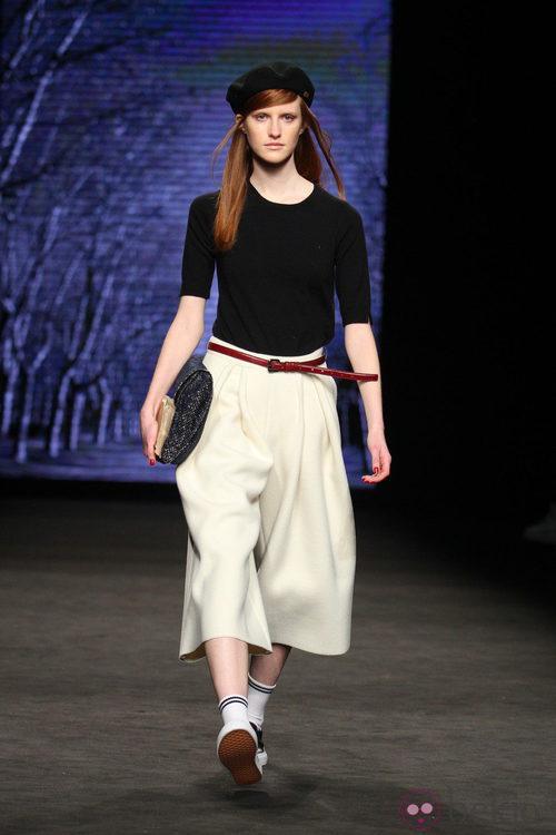 Pantalón pirata acampanado y camiseta negra de TCN en el desfile de la 080 Barcelona Fashion 2015º