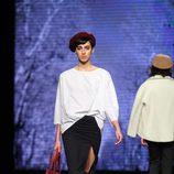 Falda con apertura y camiseta blanca de TCN en el desfile de la 080 Barcelona Fashion 2015