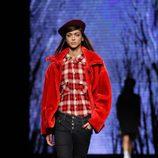 Pantalones denim y camisa de cuadros de TCN en el desfile de la 080 Barcelona Fashion 2015
