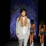 Conjunto de cheviot y cuello de pelo de TCN en el desfile de la 080 Barcelona Fashion 2015