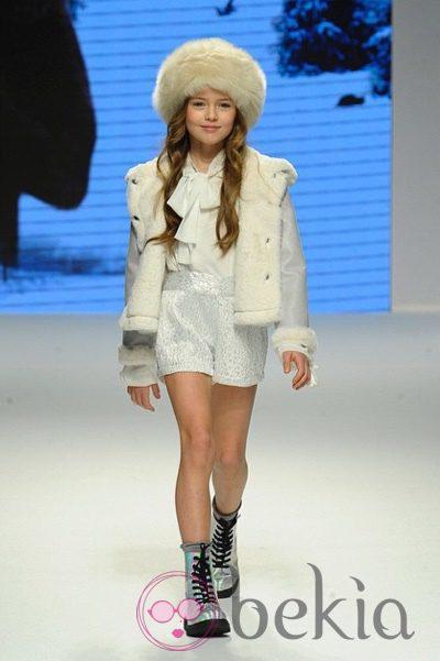 Kristina Pimenova, de nueve años, desfilando para Pitti Bimbo