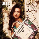 Irina Shayk posando con un bolso de la colección primavera/verano 2015 de Xti