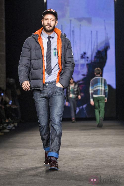John Halls desfilando con la colección otoño/invierno 2015/2016 de Desigual en la 080 Barcelona Fashion