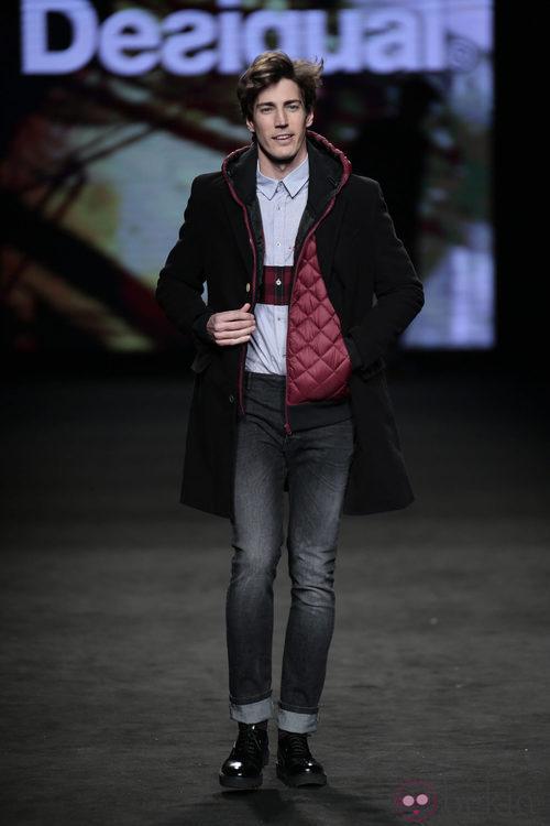 Oriol Elcacho desfilando con la colección otoño/invierno 2015/2016 de Desigual en la 080 Barcelona Fashion
