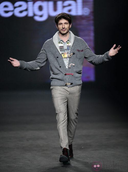 Andrés Velencoso desfilando con la colección otoño/invierno 2015/2016 de Desigual en la 080 Barcelona Fashion