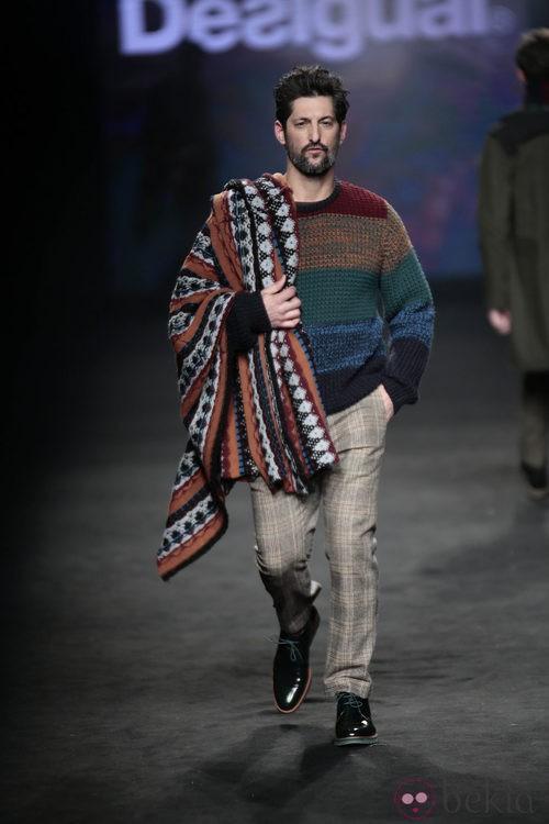 Tony Ward desfilando con la colección otoño/invierno 2015/2016 de Desigual en la 080 Barcelona Fashion