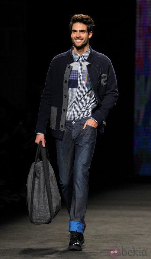 Juan Betancourt desfilando con la colección otoño/invierno 2015/2016 de Desigual en la 080 Barcelona Fashion