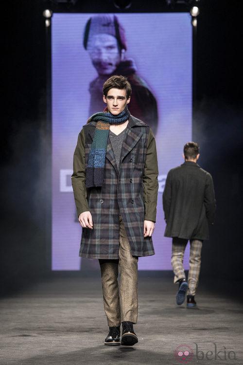 Abrigo de cuadros de la colección otoño/invierno 2015/2016 de Desigual en la 080 Barcelona Fashion