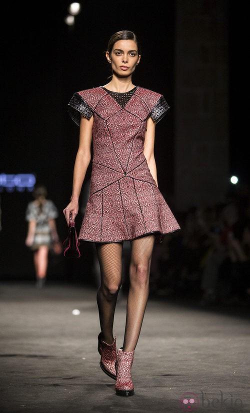 Vestido en color rojo y negro de Custo Barcelona en la 080 Barcelona Fashion 2015