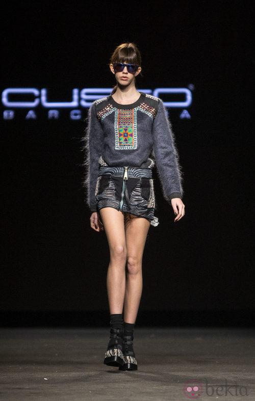 Minifalda y jersey con detalles de pedrería de Custo Barcelona en la 080 Barcelona Fashion 2015