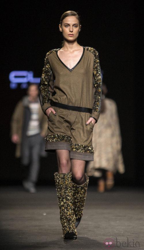 Vestido con detalles dorados de Custo Barcelona en la 080 Barcelona Fashion 2015