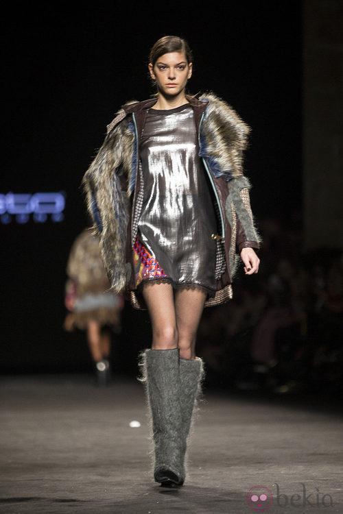 Abrigo de pelo y vestido metalizado de Custo Barcelona en la 080 Barcelona Fashion 2015
