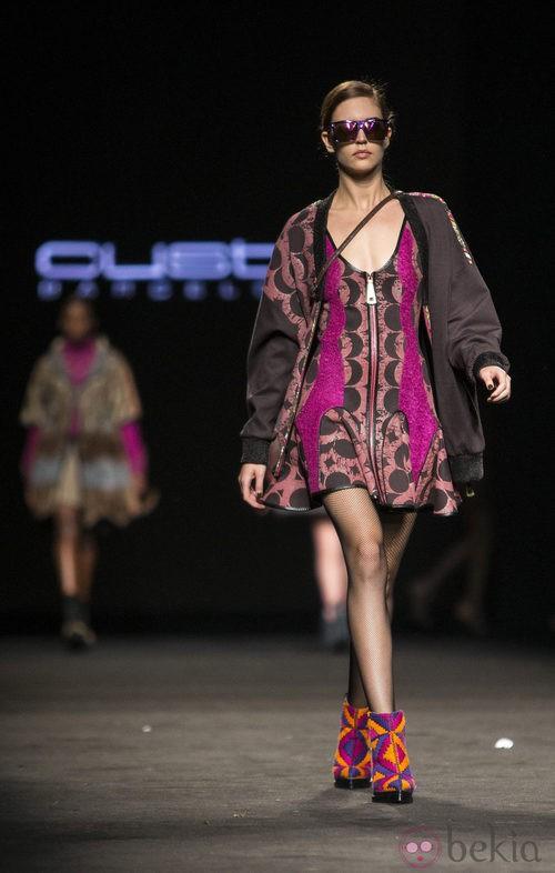 Vestido y abrigo cond etalles en fucsia de Custo Barcelona en la 080 Barcelona Fashion 2015