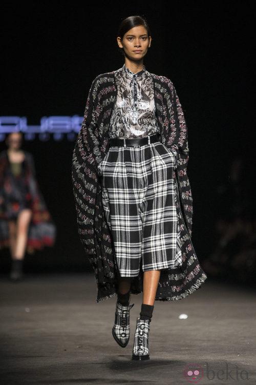 Abrigo y pantalon holgado de Custo Barcelona en la 080 Barcelona Fashion 2015