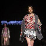 Minifalda y camisa colorida de Custo Barcelona en la 080 Barcelona Fashion 2015