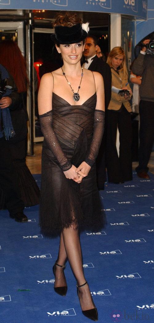 Penélope Cruz con un vestido negro de Chanel en los Premios Goya 2003